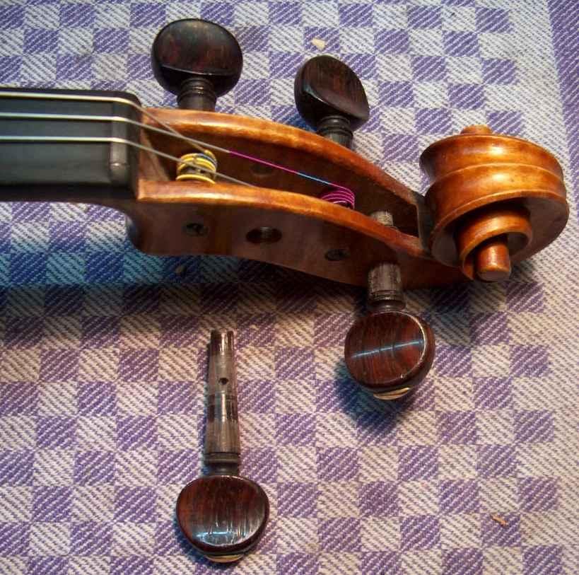 Graisssage des chevilles d'un violon.