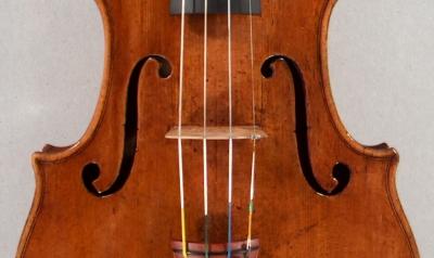 Position latérale du chevalet d'un violon.